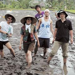 「国際農業と文化ゼミナール」の実習風景:インドネシアの新しい田植え体験